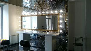 Зеркальное панно с зеркалом в раме в частном интерьере. Москва