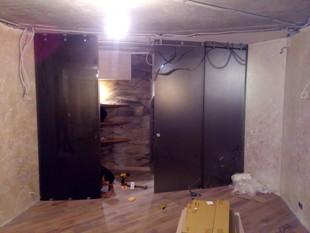 Гнутые раздвижные двери из безопасного тонированного стекла.
