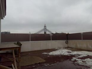 Ограждения на крыше здания
